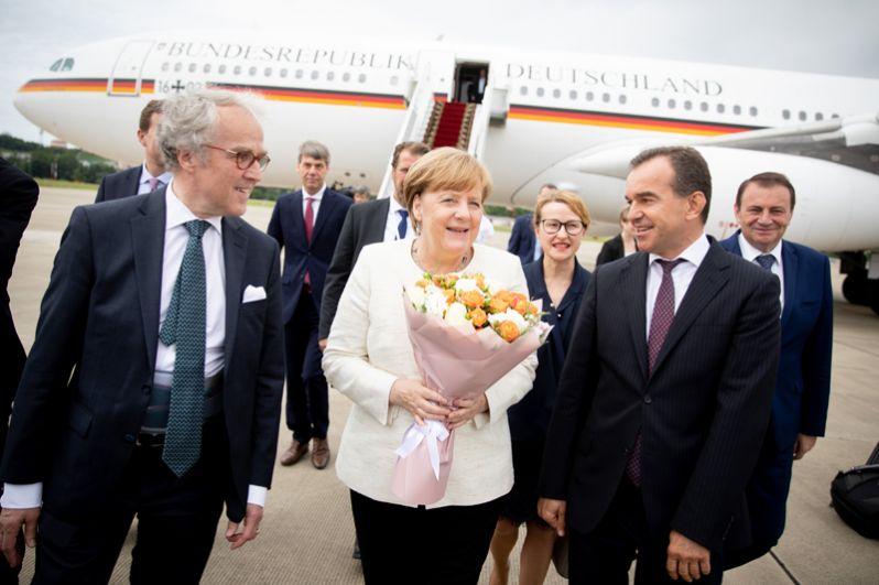Посол Германии в России Рюдигер фон Фрич, канцлер Германии Ангела Меркель и губернатор Краснодарского края Вениамин Кондратьев в Международном аэропорту Сочи.