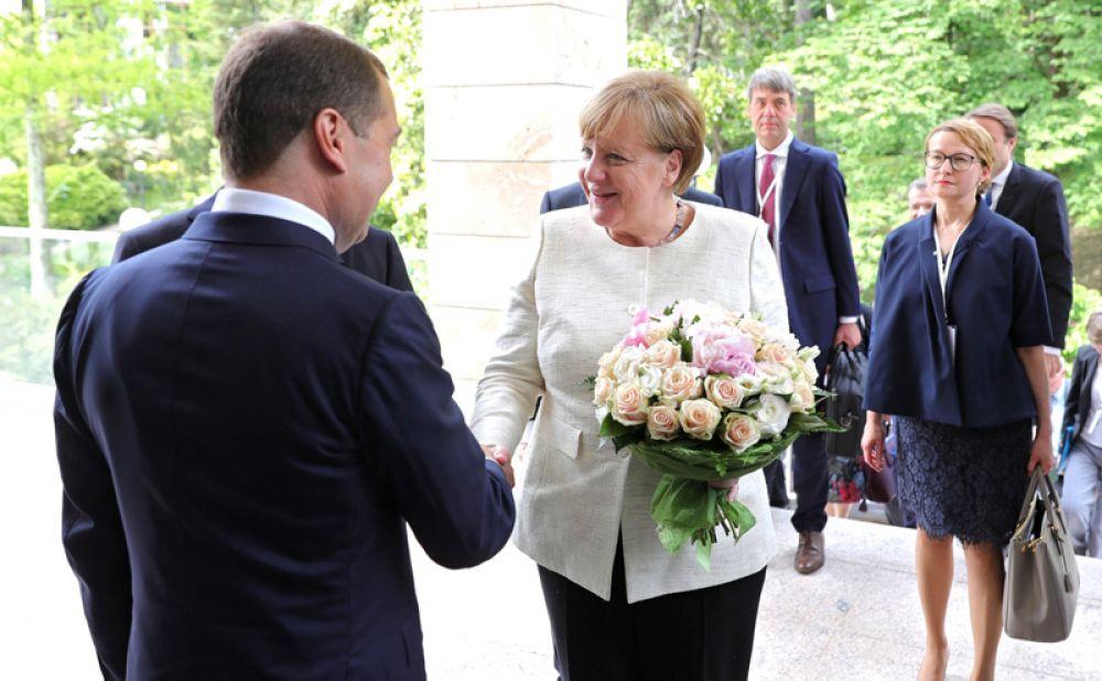 Короткая встреча Меркель и Дмитрия Медведева произошла в Сочи в резиденции президента РФ Владимира Путина, где он обсуждал с премьером состав правительства.