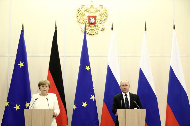 Президент РФ Владимир Путин и федеральный канцлер ФРГ Ангела Меркель на пресс-конференции по итогам встречи в Сочи.