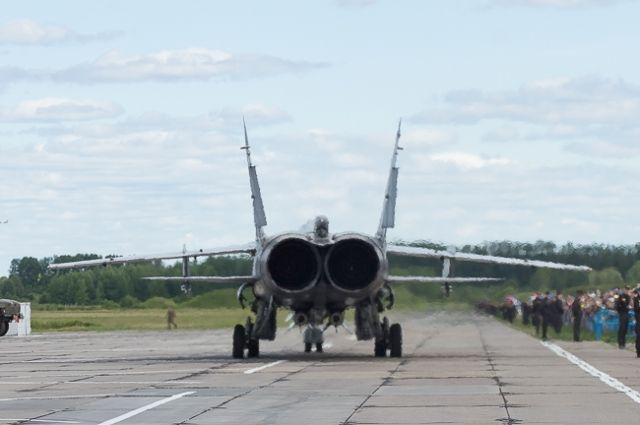 При движении по взлётно-посадочной полосе произошло возгорание правого двигателя у самолета.