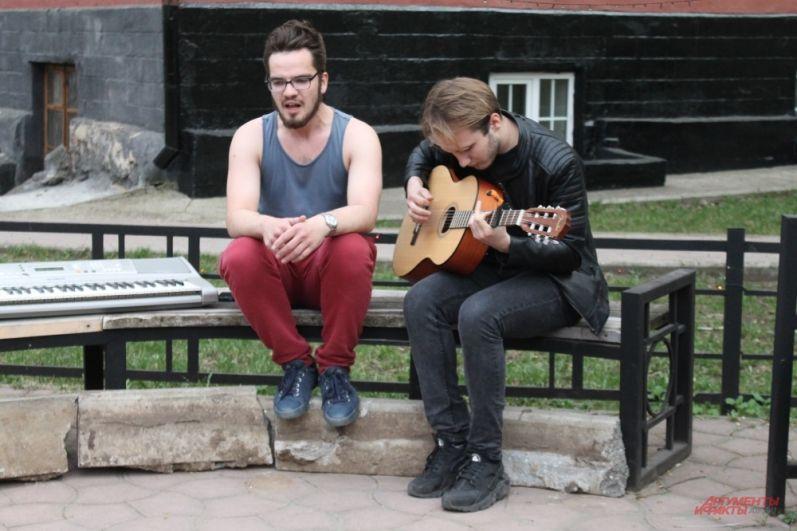 Филологи провели музыкально-поэтический квартирник под открытым небом