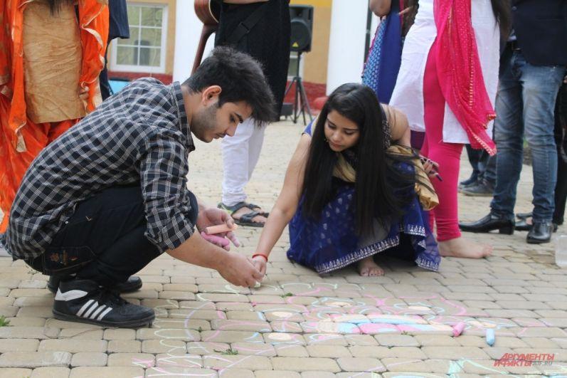 Студенты из Индии рисуют мандалы
