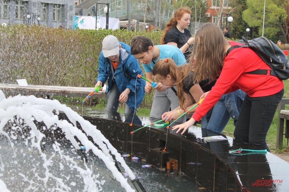 Акция - редкая возможность порыбачить из фонтана