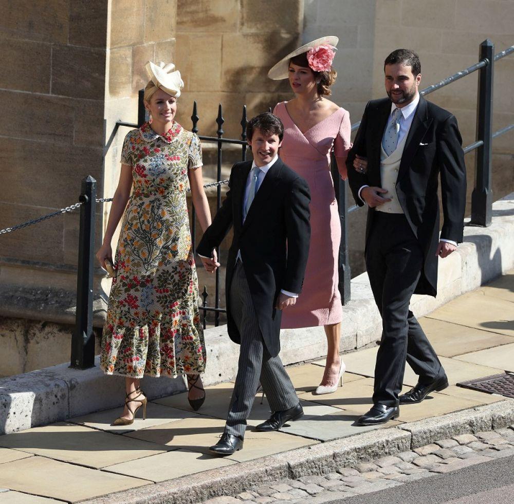 Гости прибывают на свадьбу.