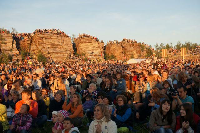Представление на закате собирает множество зрителей.