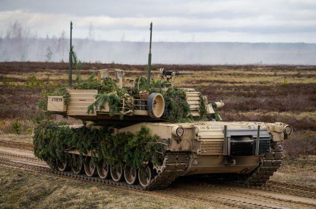 Боевую технику изсоедененных штатов  разгружают впорту Антверпена для переброски вПольшу