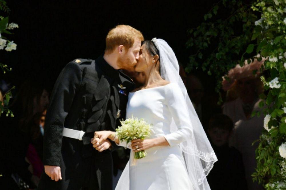 Первый поцелуй. И здесь принц Гарри нарушил традиции - будущие монархи очень редко допускают публичные поцелуи, но Гарри и Меган Маркл прямо на крыльце каплицы поцеловались прямо на публике.
