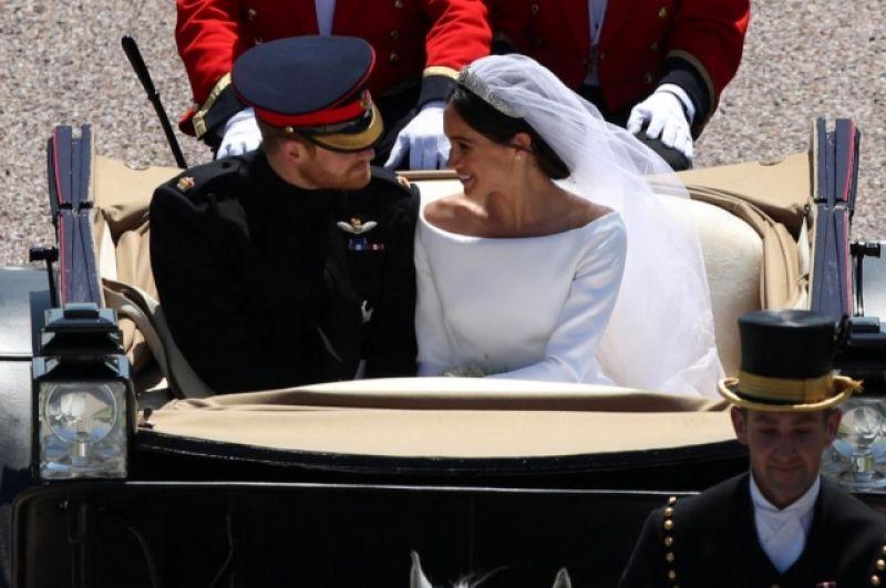 Меган Маркл и принц Гарри в открытой карете движутся по улицам Виндзора.