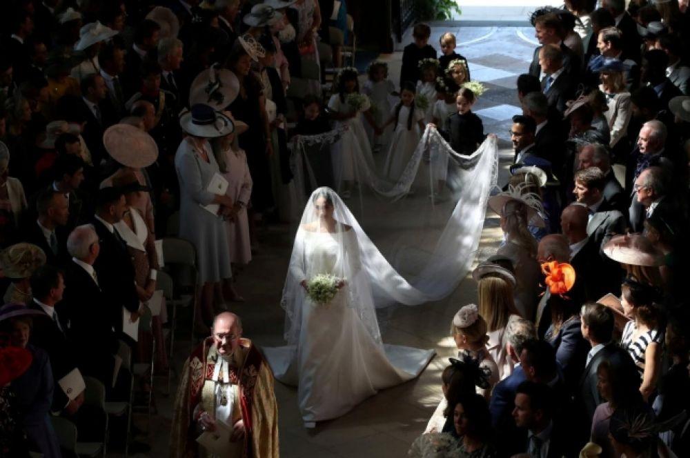 Меган Маркл идет к алтарю. Увы, но на свадьбу своей дочери не приехали ни мать, ни отец Меган Маркл. К алтарю невеста шла одна, лишь на последнем участке пути ее подхватил отец жениха - принц Чарлз.