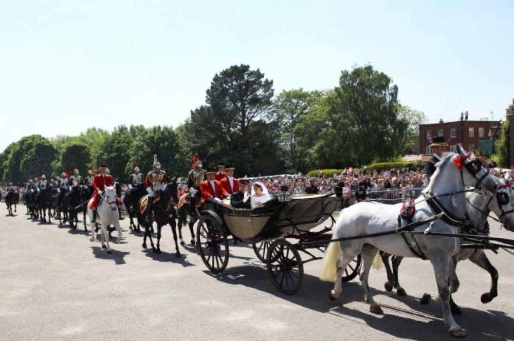 Свадебный кортеж четы Виндзоров, на котором после церемонии принц и принцесса отправились в открытой карете через весь город, чтобы на них могли посмотреть люди и поклонники. Подобное является старинной традицией.