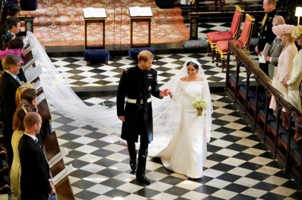 Принц Гарри и Меган Маркл делают первые шаги в качестве мужа и жены в каплице. К слову, это также нарушение традиций - все остальные члены королевской семьи женились в Вестминстерском аббатстве.