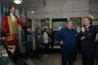 Глава региона Александр Бурков и директор Омского краеведческого музея Пётр Вибе.
