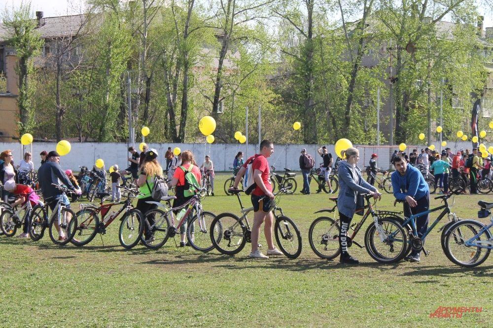 Перед началом пробега участники выстраиваются в огромную фигуру велосипеда