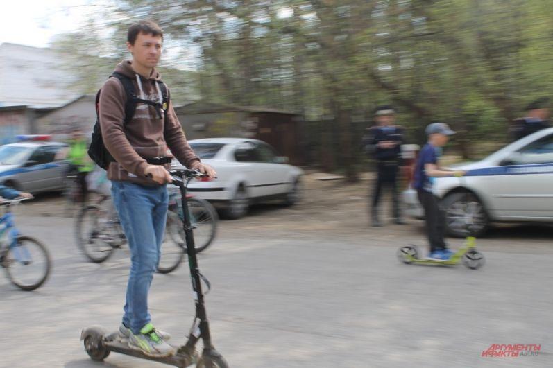 В пробеге участвуют не только велосипедисты, но и любители самокатов