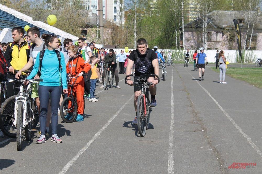 Пока одни велосипедисты выстроились в фигуру велосипеда, другие еще проходят регистрацию