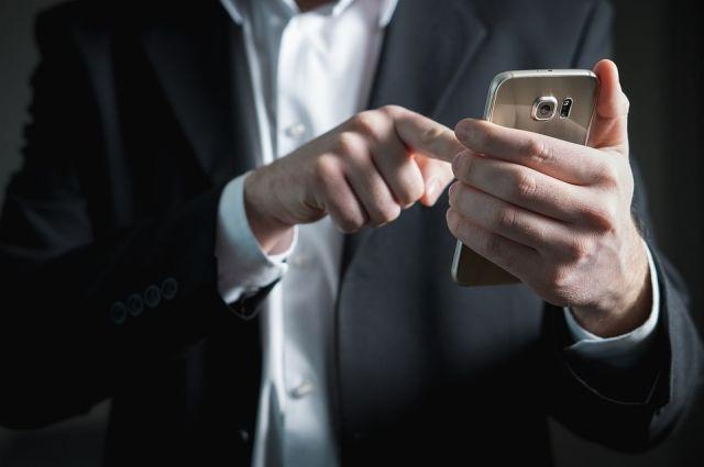 Гости сняли со счетов женщины крупную сумму денег через мобильный банк.
