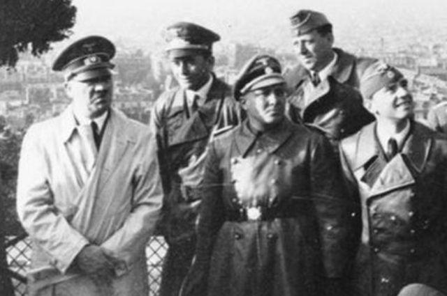 Борман (справа от Гитлера) в Париже - июнь 1940 года.