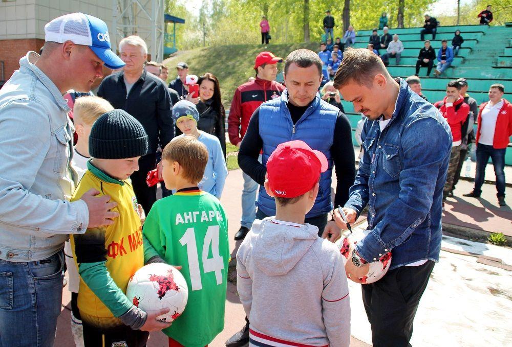 Знаменитый футболист раздал автографы мальчишкам.
