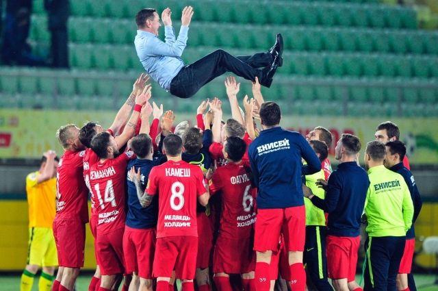 Футболисты и главный тренер Дмитрий Аленичев.