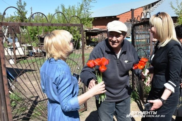 Цветы, благодарность и внимание Владимиру Фирсову.