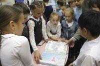Первыми книгу, вернувшуюся из путешествия, увидели иркутские школьники.
