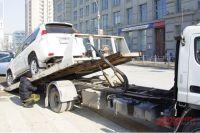 Из-а неправильной парковки автомобиль увезут на эвакуаторе.