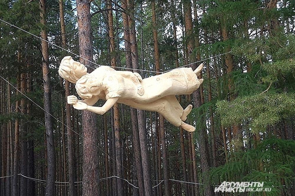 Смелость скульпторов поразила зрителей. Участники не побоялись воплотить в дереве знаменитую работу Марка Шагала.