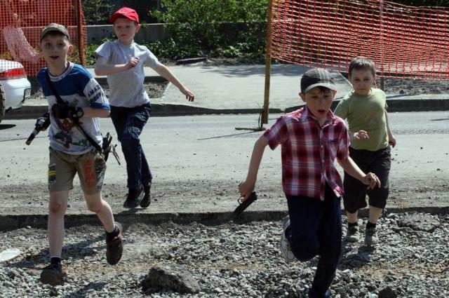 Летом дети чаще травмируются.