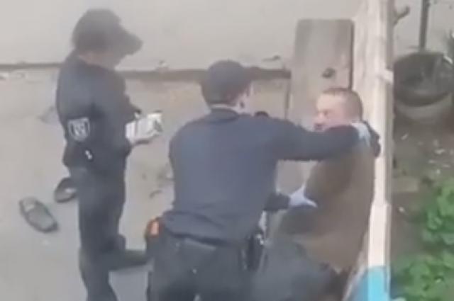 Сумские патрульные уволены заиздевательства над мужчиной