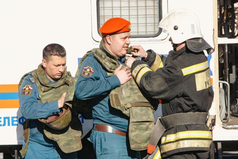Спасатели готовятся войти в опасную зону.