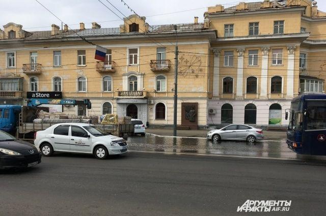 Последствия аварии на улице Маршала Жукова в Оренбурге устраняются.