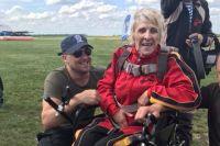 В Днепропетровской области пенсионерка в коляске прыгнула с парашютом