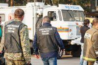 На место происшествия выехали сотрудники МЧС, полиции, прокуратуры, скорая помощь и представители власти.