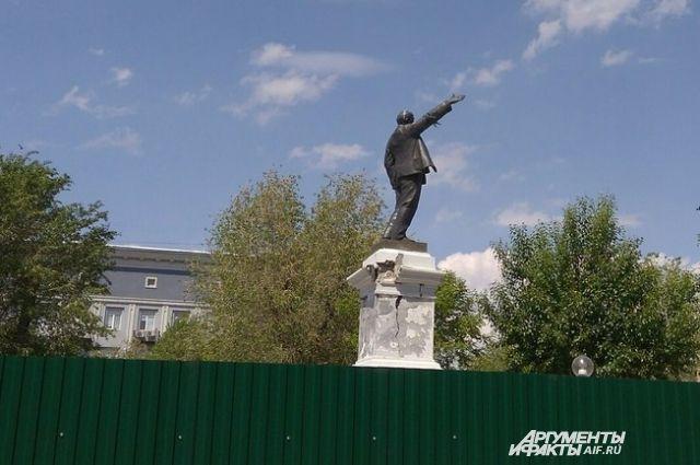 В Оренбурге один из первых советских памятников Ленину дал трещину.