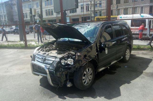 54c0a144cd6c По предварительным данным, водитель Нonda потерял сознание за рулем и его  авто столкнулось с машиной Kia. После столкновения автомобиль вместе с  водителем ...