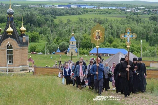 Со всей России к Святым пещерам едут паломники.