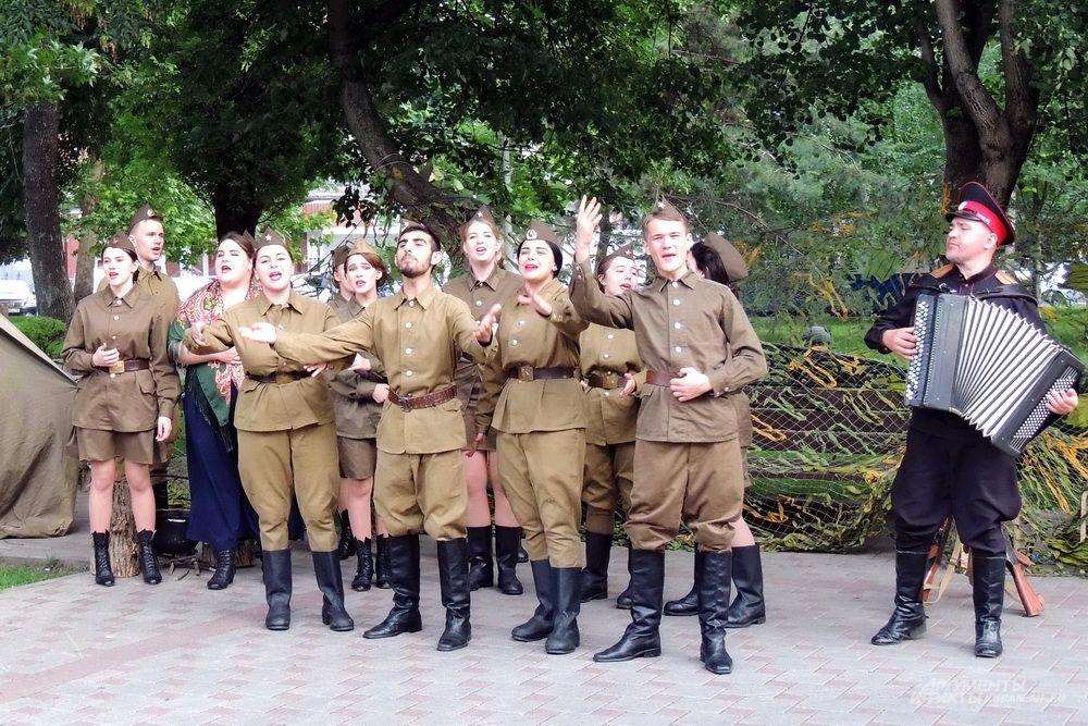 Музыкально-театрализованная композиция «Солдатский привал» в исполнении студентов Краснодарского краевого колледжа культуры.