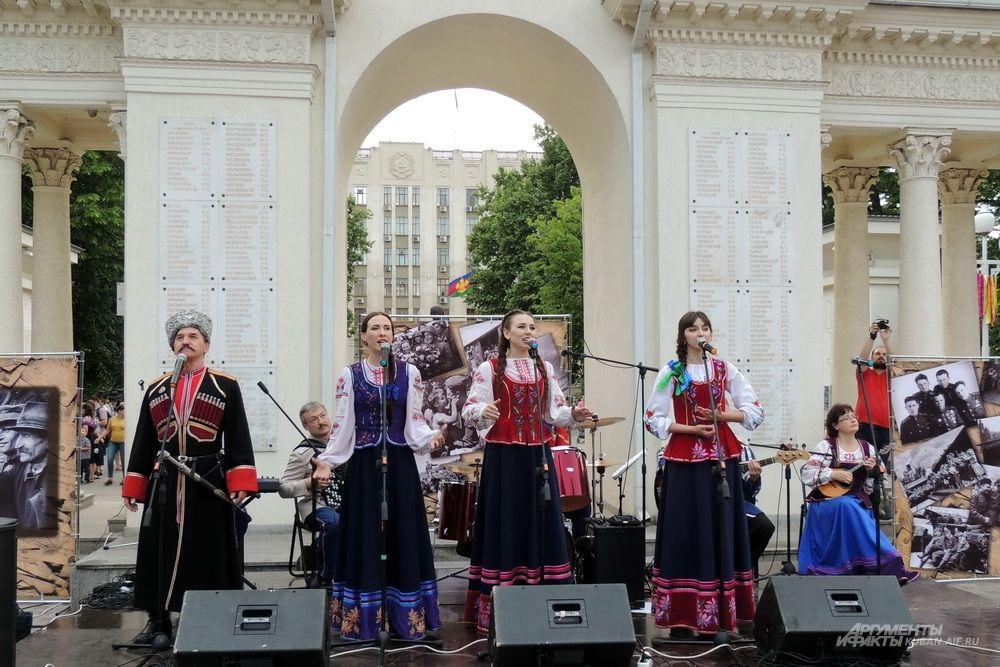 Концертная программа «Памяти живая нить» в сквере имени Жукова.