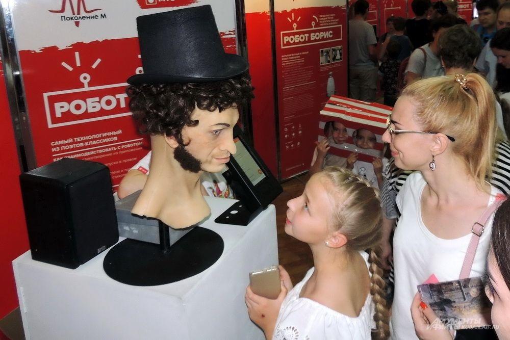 Робот с лицом Александра Сергеевича Пушкина читал стихи.