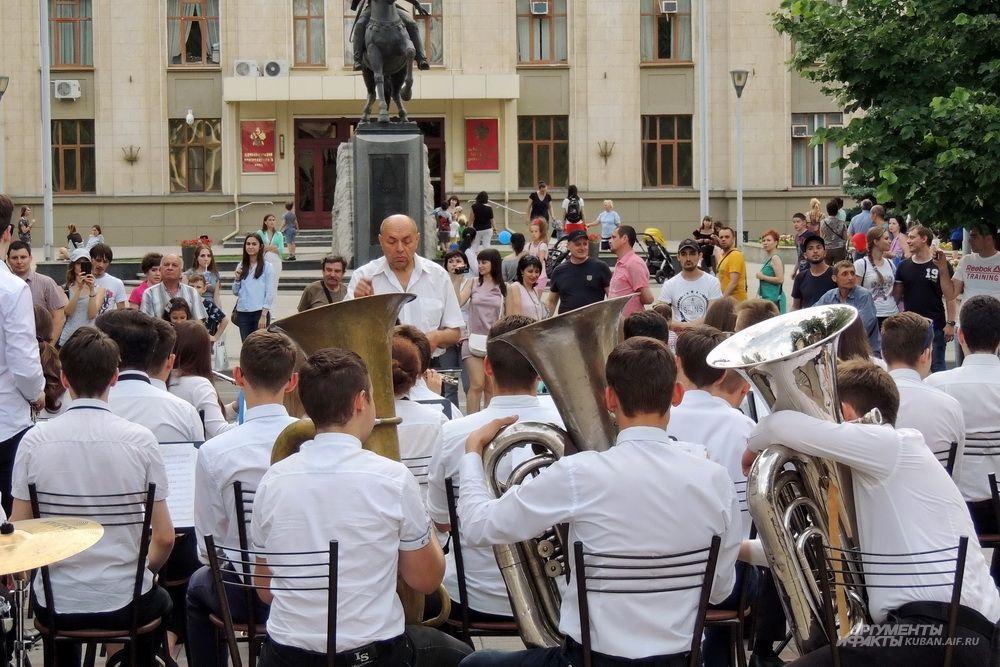 Духовой оркестр на фоне здания администрации Краснодарского края.
