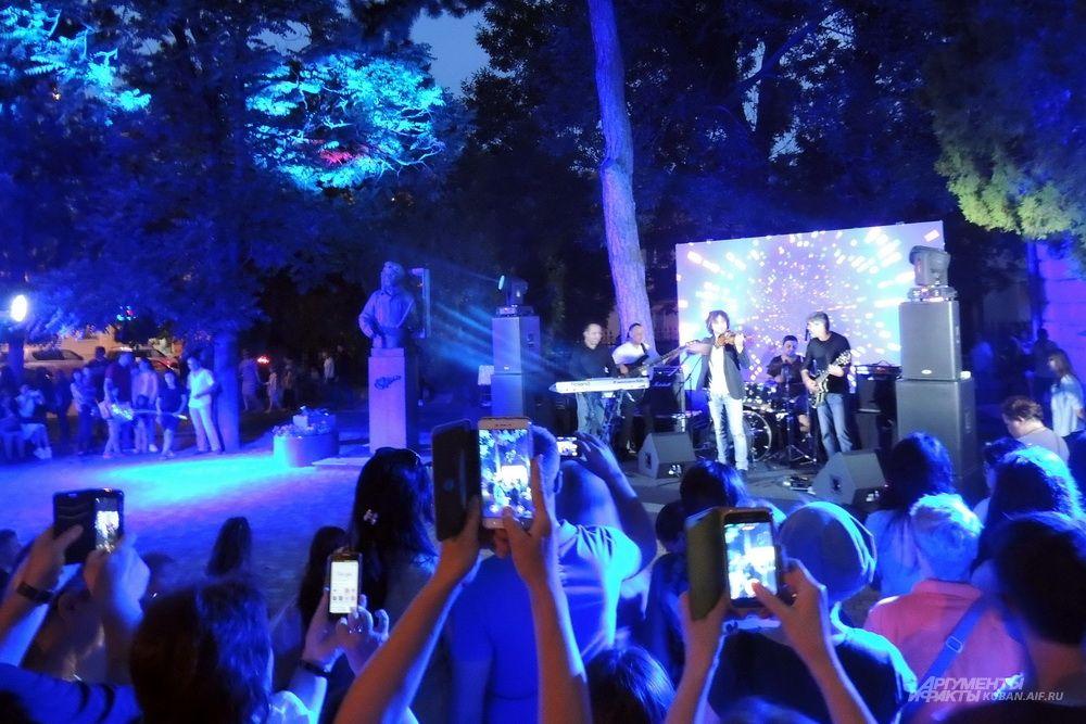 Концерт напротив Краснодарского художественного музея имени Ф.А. Коваленко.