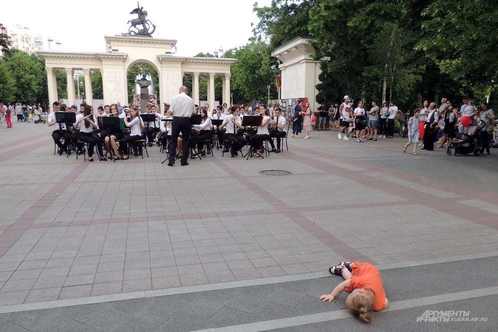 Девочка решила послушать лежа выступление духового оркестра Краснодарского музыкального колледжа имени Н.А. Римского-Корсакова.