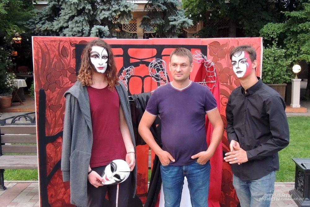Выставка-дефиле костюмов, посвященная Году театра в России.