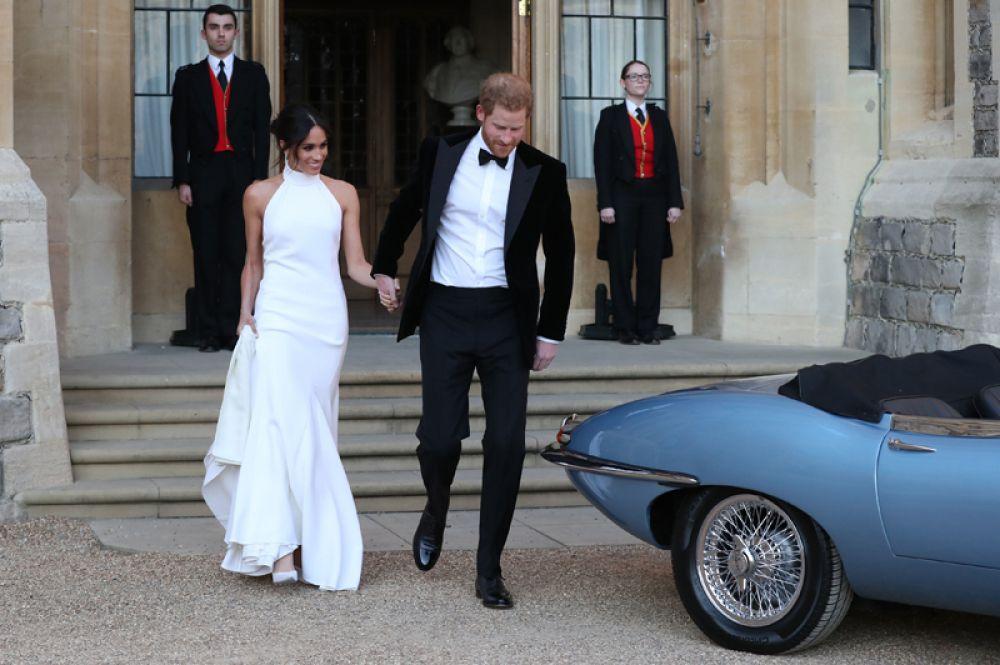 После церемонии бракосочетания состоялся прием в загородном имении Фрогмор-хаус. Меган была одета в белое платье с американской проймой и струящейся юбкой «в пол» от британского дизайнера Стеллы Маккартни.