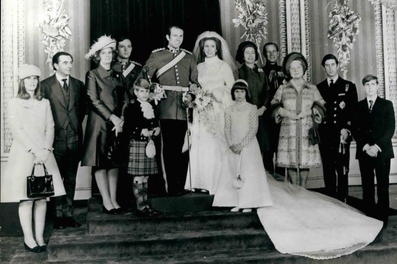Свадьба единственной дочери Елизаветы II Анны, принцессы Великобритании, и капитана Марка Филлипса состоялось 14 ноября 1973 года в Вестминстерском аббатстве. Анна выбрала вышитое свадебное платье в стиле Тюдоров с высоким воротником, его разработала дизайнер Морин Бейкер.
