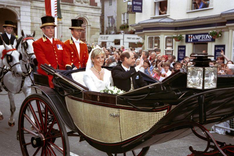 19 июня 1999 года третий сын Елизаветы принц Эдвард женился на сотруднице своей фирмы Софи Рис-Джонс. Их свадьба состоялась в часовне святого Георгия в Виндзорском замке. Свадебное платье для Софи разработала дизайнер Саманта Шоу. Она также надела алмазную тиару из коллекции королевы, а также жемчужное ожерелье, подаренное ей Эдвардом на свадьбу.