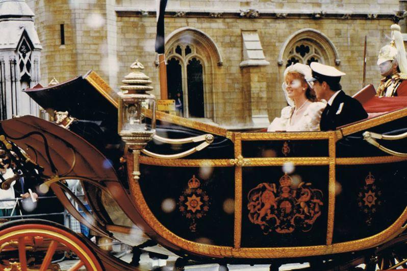 23 июля 1986 года второй сын королевы Великобритании принц Эндрю женился на Саре Фергюсон. На невесте было платье цвета слоновой кости от модельера Lindka Cierach. По словам самой Сары, она «потеряла 26 фунтов, чтобы надеть его».