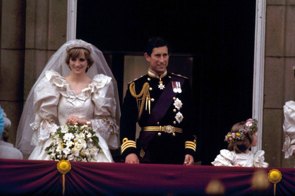 29 июля 1981 года в Соборе Святого Павла в Лондоне состоялась «свадьба века»: Чарльз, принц Уэльский, женился на Леди Диане Спенсер. Свадебное платье Дианы, с огромными пышными рукавами и декольте, было сделано из шелковой тафты, украшенной кружевами, ручной вышивкой, стразами и жемчужинами. Оно было разработано неизвестными до тех пор дизайнерами Элизабет и Дэвидом Эмануэль. На корсет крепился голубой бантик с вышитой бриллиантами подковой, что должно было принести счастье в брак Чарльза и Дианы.