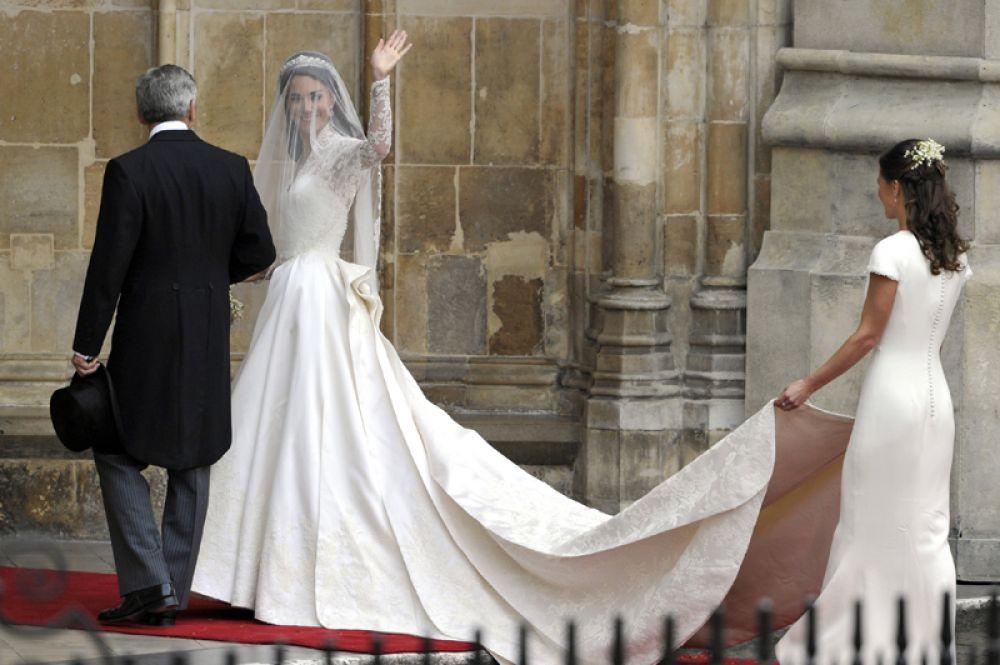 29 апреля 2011 года в Вестминстерском аббатстве в Лондоне состоялась свадьба принца Уильяма и Кейт Миддлтон. Невеста остановила свой выбор на наряде от британского бренда Alexander McQueen, дизайнером для которого выступила дизайнер Сара Бёртон.