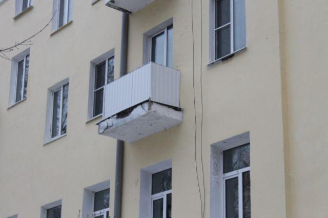 В Тюмени с балкона седьмого этажа выпала девушка